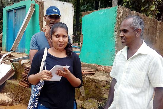 近隣の農家の被害状況と必要物資を確認するスタッフ(デニヤヤ)