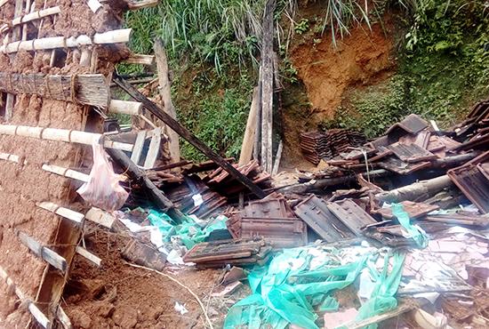 土砂崩れによって倒壊した家屋(デニヤヤ)