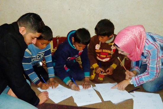 シリアで学校に行ったことのある子ども達は、思い出しながら文字を学ぶ