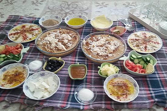 ラマダン終了後の次の日の祝祭1日目にシリアでよく食べる料理マムーニア(中央)