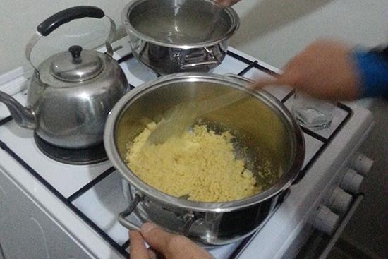 マムーニアの材料は、セモリナ粉、マーガリン、砂糖、水、ローズ水、トッピングにシナモンパウダー、ソルティーチーズ、ナッツ