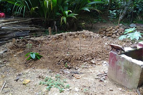 浸水により土壁の台所が完全に流れてしまったリヤナゲさんの台所跡。今は、トマトなどの野菜畑になっています。転んでもただでは起きない逞しさにこちら側が励まされます。