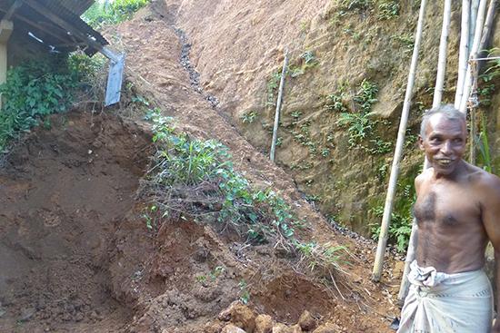 家の裏の土砂が流れているところをピヤダーサさんが見せてくれた