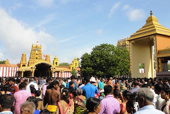 大勢の人出で混雑するナッルール寺院の正門前