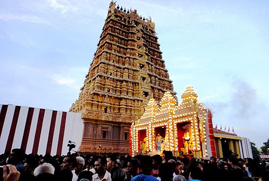 祭の終盤で行われる儀式のひとつ。寺の内部での儀式のあと、御神体(ナッルール寺院の場合ムルガン神と2人の妻)が外に出てきて寺の周囲を回ります