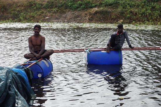 浮き型の生簀なので、漁民全員が一方に集まるスペースもなく、稚魚放流を遠くから眺める漁師たちもいました。。。