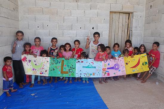 他の村の子ども達と一緒に完成した「ラマダーン」の絵画作品
