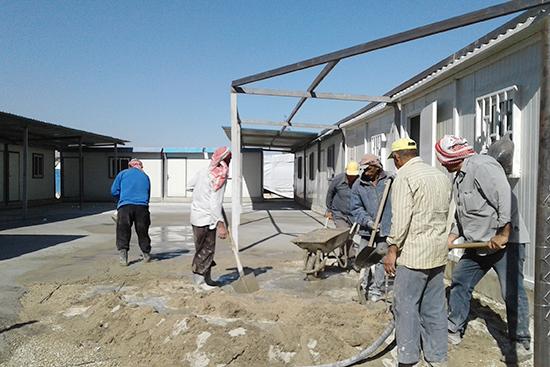 建設中の風景。シリア難民の方たちが作業のために雇用されています。(2017年9月)