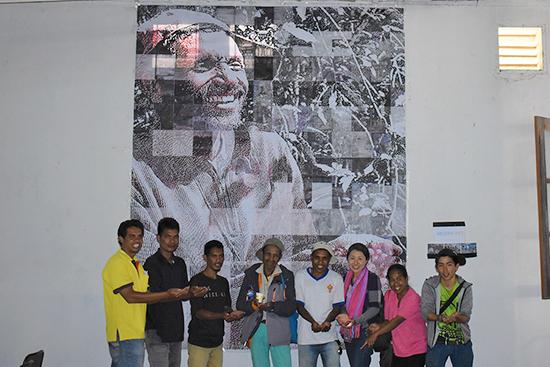 モザイクアートとモデルになったビットリーノさん(左から4番目)
