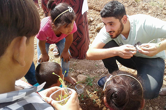 畑の隣に子ども達の苗を植える