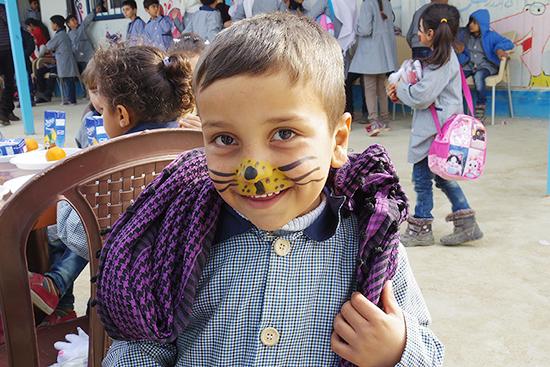 12月23日、ボランティアたちによって教育センタ―で学期末のイベントが行われ、生徒たちは顔へのペイントやおやつを楽しんだ。