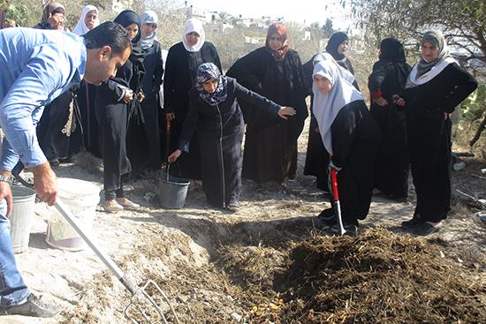 女性組合との堆肥づくりの様子。