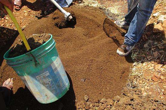 床材づくりでオリーブの搾りかすを投入