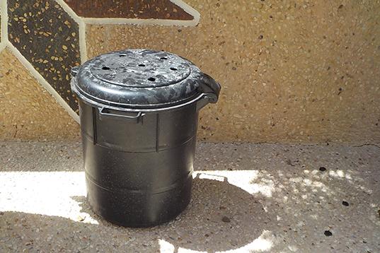 生ごみ一次処理ボックス。換気と水分蒸発のため、蓋には直径3センチの穴を5個空けている。 日向に置き太陽熱で発酵促進。