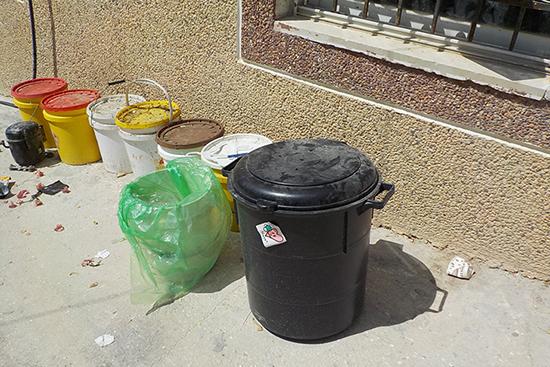 アニスさんの家の庭先に置かれた生ごみ一次処理ボックス。横にはその他のごみを入れるバケツが。