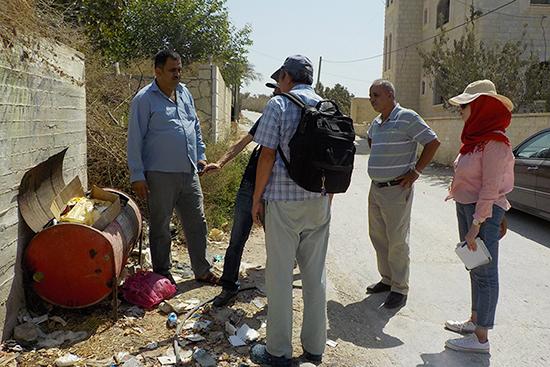 アニスさんのお宅からの帰り際。町役場が数世帯ごとに設置したゴミ回収コンテナ。 回収が滞り、ゴミがあふれていることも。