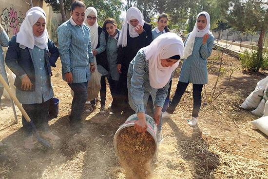 床材づくり:材料を混ぜ合わせるメンバー