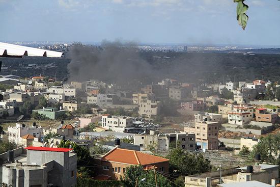 7日カルキリヤ:近くでタイヤを燃やす黒煙が上がっている