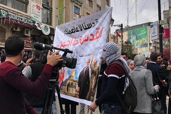 ラマッラー:アルマナーラ広場で行われているデモの様子②