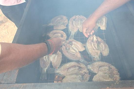 ココナッツ皮の繊維(たわしなどを作る原料)で火を焚き燻製にします。