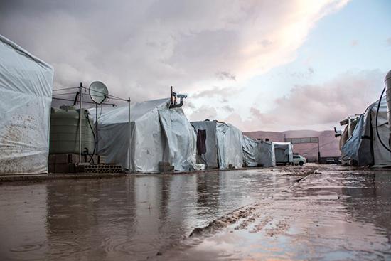 12月、雨によって水浸しとなったキャンプ地。