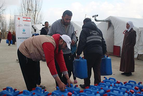 アルラハマンキャンプにて、配布を受け取るキャンプ地の住民。