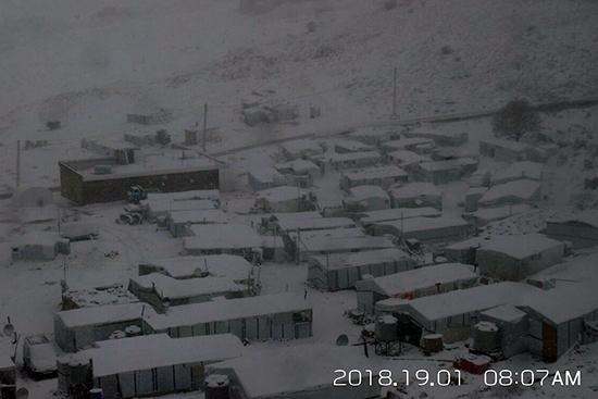 1月18日夜、吹雪に覆われたレバノン山岳部。この日非正規のルートによりシリアからレバノンへと入国しようと試みたシリア人グループの13名が凍死して発見されるという非常に悲しい出来事がありました。死者数は今現在も増え続けています。