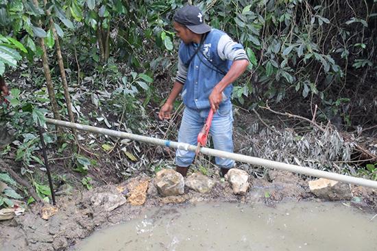 新しい水源から水を引く工事中