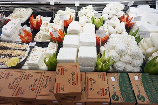 お豆腐のような、真っ白いレバノンのチーズはコクがあって美味です。