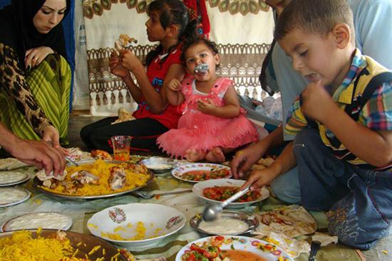 シリア人の家庭ではごはんもパンで包んで食べます。パンは欠かせません。