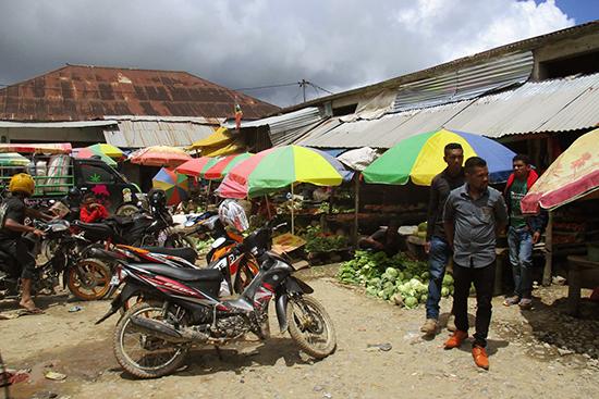 マウベシの市場。ここはテトゥン語と、方言のマンバイ語オンリーの世界。「ホラ・サイダ?」といわれたら「なに買うの?」と聞かれています。