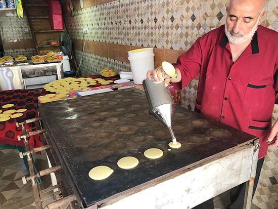 ラマダンのお菓子カタイェフの皮を作る男性