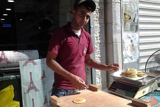 ラマダンのお菓子カタイェフの皮を売る特設ショップ