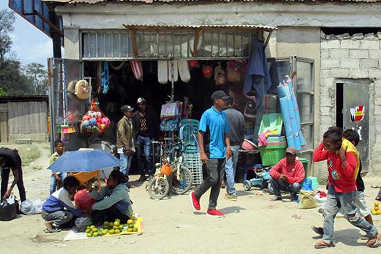 マウベシ市場の雑貨屋。中国人経営のものは4軒ほどある。ティモール人の中で商売をしている中国人にはたくましさを感じる。