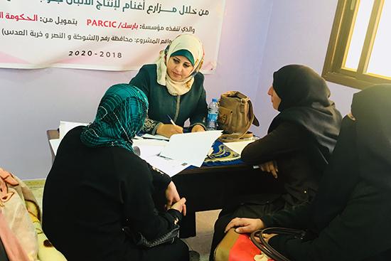 アルショカ村で女性たちの情報の登録を行うスタッフ