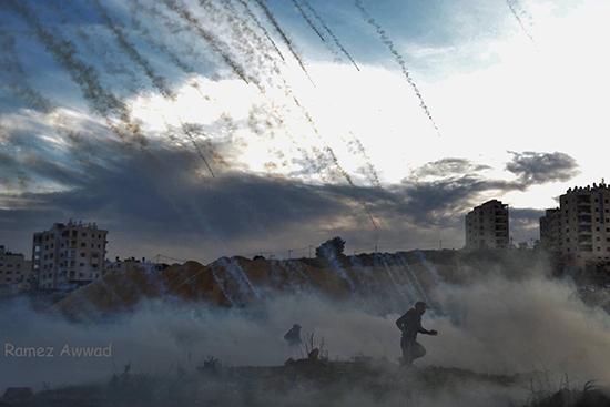 西岸地区ラマッラー、ベイト・イル検問所、雨のように降り注ぐ催涙弾(写真提供:Ramez Awwad)