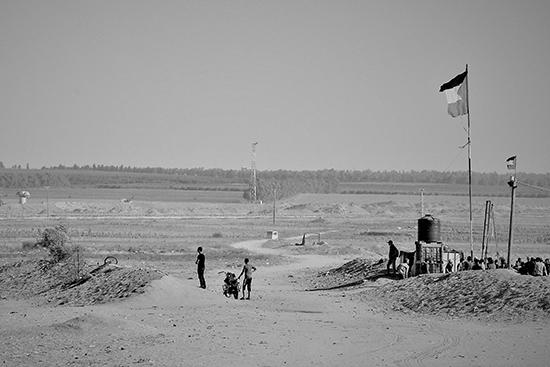 境界線沿いにたたずむ少年たち(写真提供:PARC Gaza)