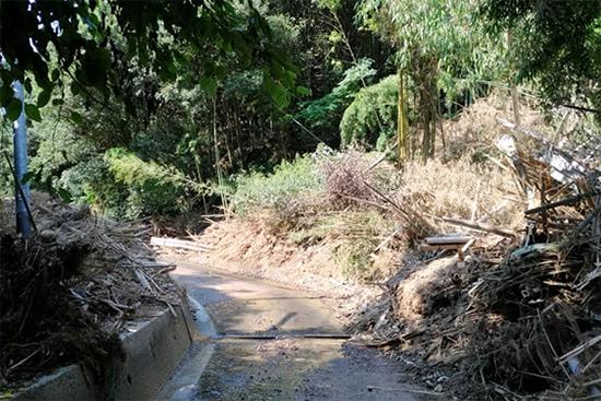 社協の方に案内していただいた道。山肌が崩れ、道路が川になっている。この先に高齢者宅があった。