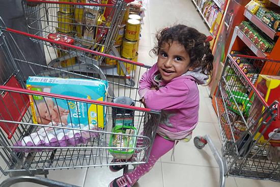 毎月のバウチャーチャージ日は決まって家族で買い物へ出かけるので、いつもこの日を楽しみにしている女の子