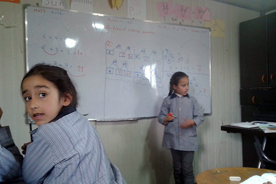 かけ算の問題に取り組む児童。