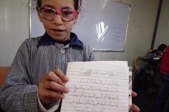 とても綺麗に書かれた自身のノートを見せてくれた児童。