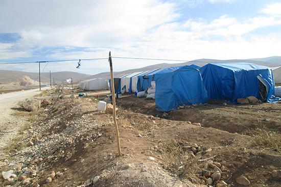 パルシックの活動地域では多くのシリア難民世帯がこのようなテントやブロックのシェルターを建てて暮らしています。