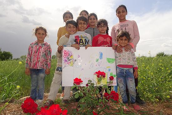 ラマダンの時期に送るメッセージカードを作成した子どもたち。