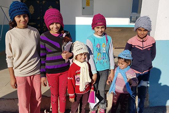 針を使わず指だけで毛糸を編むフィンガーニッティングにチャレンジ。何かを作り上げる喜びも子どもたちにとっては新しい経験です。出来上がった帽子とマフラーを身に着けて、達成感いっぱい。