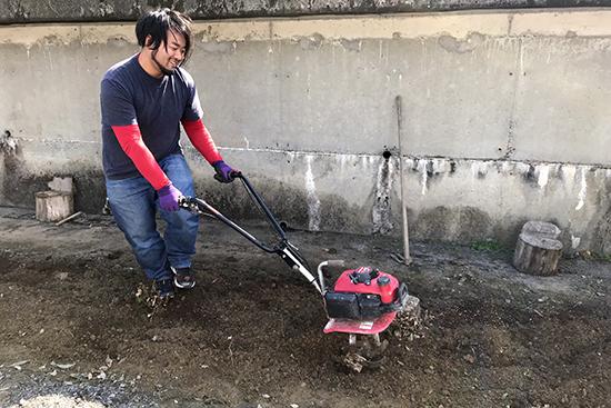 固い土をほぐすのに大活躍の耕耘機