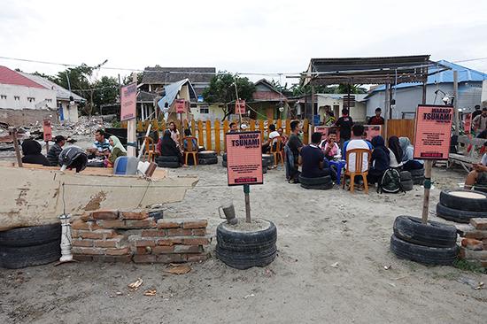 カフェの椅子やテーブルなどは廃品をリサイクルしたものを使い、壊れたテレビや扇風機、バイクなどをディスプレイしている