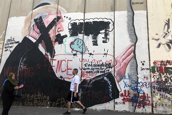 ベツレヘムの分離壁。トランプ大統領の顔に×が