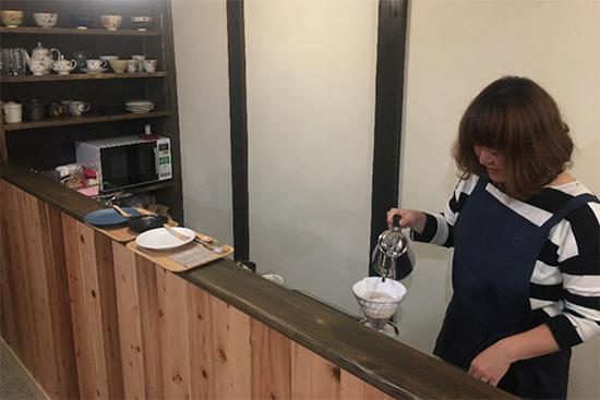 絹さんの店内。美味しいハンドドリップコーヒーが飲めます。うん、いい香り!