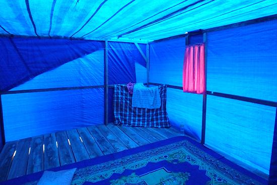仮設住宅の内部。ビニールシートで作られているので日中は暑くて中にいられないとよく聞きます。