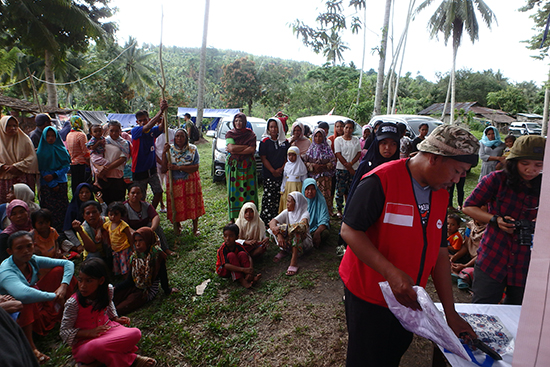 食糧や生活用品を受け取りに集まった被災者の方々